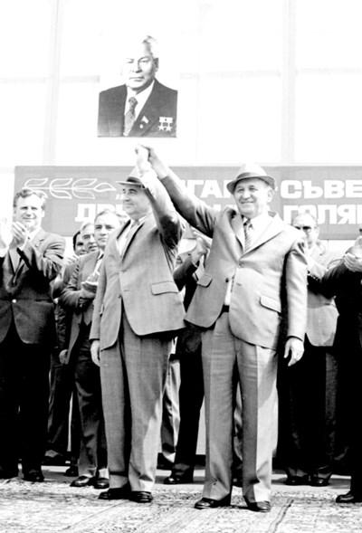А как мило започва всичко. Снимката е от 11 септември 1984 г. При първото си посещение в България Михаил Горбачов е само член на Политбюро на КПСС и отговаря за селското стопанство. След 5 години двамата вече не се понасят