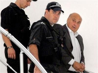 Полицаи с бронежилетки водят Кирил Рашков по стълбите на съда. СНИМКА: АТАНАС КЪНЕВ