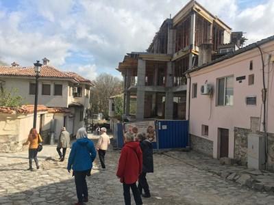 Чужди туристи минават покрай строежа и недоумяват. Снимки: Авторът