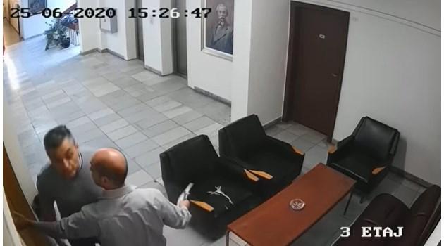 """Бой на """"Позитано"""" 20. Кирил Добрев посяга на апаратчик. Подозират, че Нинова е дала записа"""