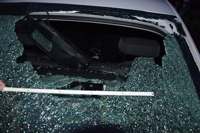 Вандал счупи задното стъкло на полицейски автомобил в Брацигово