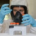 """Учен работи над ваксината в руския център """"Гамалея""""."""