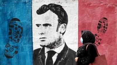 Палестинка минава покрай стена, на която се вижда френския президент Еманюел Макрон, в град Газа на 28 октомври 2020 г. Снимка: Ройтерс