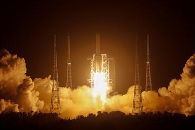 Изведоха китайския апарат Чанъе-5 успешно в орбита СНИМКА: РОЙТЕРС