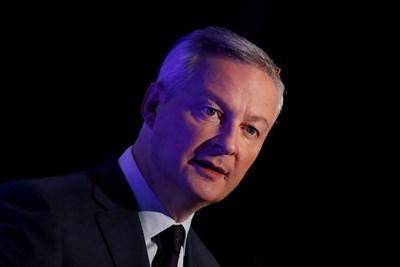 \Френският финансов министър Брюно льо Мер говори пред журналисти.