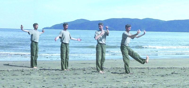 Българският инструктор по чигонг Владимир Рашев показва упражнения на морския бряг (насложен образ).