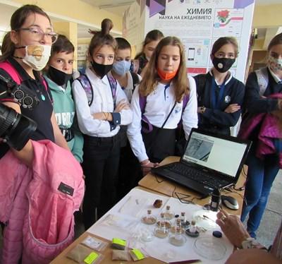 Учениците имаха възможността да разгледат под микроскоп различни предмети.