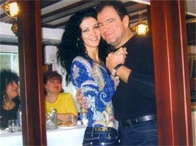 Двамата с Диана танцуват по време на празненство на яхта по Дунава.
