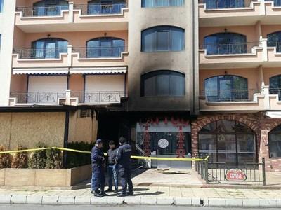 Подпаленото заведение бе отцепено и охранявано от полиция. Снимка:Елена Фотева