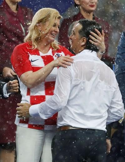 Хърватската президентка Колинда Грабар-Китарович прегръща треньора Златко Далич след финала. СНИМКА: РОЙТЕРС