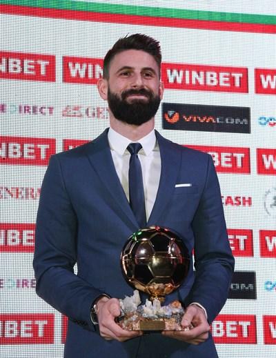 Димитър Илиев с наградата си за футболист №1 на България за 2019 г.