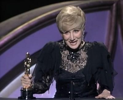 """Олимпия Дукакис получава """"Оскар"""" през 1988 г. за поддържаща роля женска роля във филма """"Лунатици"""" КАДЪР: YouTube/Oscars"""