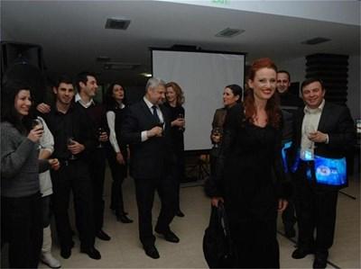 Радинела Бусерска и Веселин Дремджиев с колегите си от телевизията  СНИМКИ: РУМЯНА ТОНЕВА