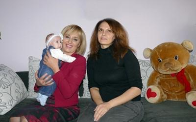 Мая Манолова с Веселина Иванова - една от хилядите работнички, които ще получат неизплатени заплати благодарение на омбудсмана, и тримесечната й дъщеричка Михаела. СНИМКА: Пиер Петров