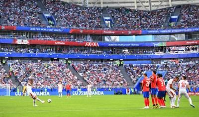 Сръбският капитан Александър Коларов изстрелва топката от пряк свободен удар, за да я забоде по феноменален начин в мрежата на костариканския вратар Кейлор Навас. СНИМКА: РОЙТЕРС