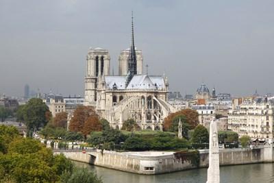 """Първият камък на катедралата """"Нотр Дам"""" (Света Богородица) е поставен през 1163 г. при властването на Луи VII."""