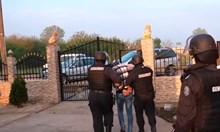 Златни ланци и лимузини във фейсбук издали бандата за просяци от Видинско