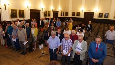 Учредителите и гостите почетоха 1 година от кончината на проф. Божидар Димитров с едноминутно мълчание. СНИМКА: Йордан Симеонов