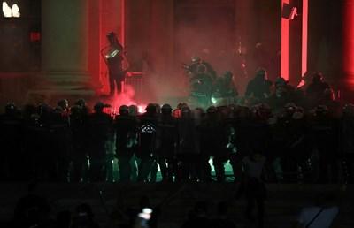 Група демонстранти проби загражденията пред сръбския парламент и нахлу вътре в сградата тази вечер СНИМКИ: Ройтерс