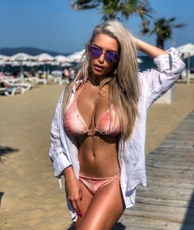 Родната певица е решила да прекара горещите летни дни на плажа СНИМКА: Инстаграм/hrisistar