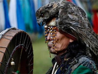Сибирски шаман участва в ритуал в региона Тува в Русия. За специфичния език на областта вече има приложение на айфон. СНИМКА: РОЙТЕРС