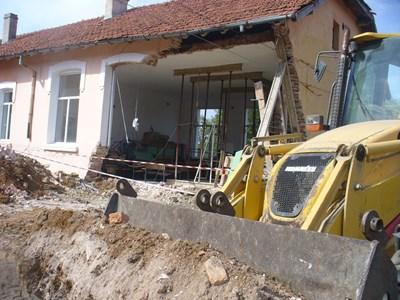 Стената на физкултурния салон рухнала по време на строителни работи в училищния двор. СНИМКА: Ваньо Стоилов