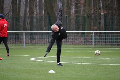 """Българският треньор на """"Виктория"""" (Кьолн) Павел Дочев прави акробатично упражнение при едно от последните занимания на тима, преди коронавирусът да спре тотално футбола.  Снимка: клубен фейсбук"""