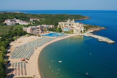 С безплатни чадъри и с около 30% по-ниски цени това лято се канят курортите да привлекат посетители.