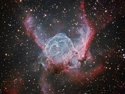 Шлемът на скандинавския бог Тор. Снимка на мъглявина, образувана от материал, изхвърлен от изключително масивна звезда. Съдбата на тази звезда е да избухне като свръхнова. При тези експлозии се образуват повечето тежки елементи (по-тежки от хелия) във Вселената и следователно са с ключово значение за възникване на живота такъв, какъвто го познаваме.  ИЛЮСТРАЦИИ: АВТОРЪТ