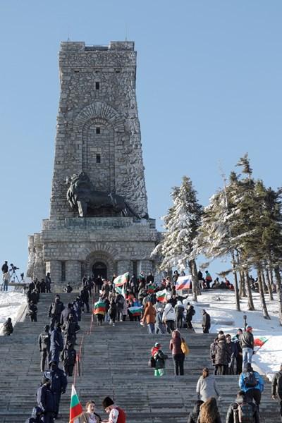 Хиляди очакват началото на тържествата на връх Шипка СНИМКА: Пресцентър на Народното събрание