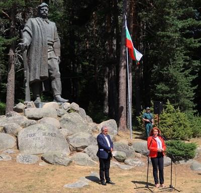 Вицепрезидентът Илияна Йотова пред паметника на Гоце Делчев в село Попови ливади Снимки: Прессекретариат на президентството