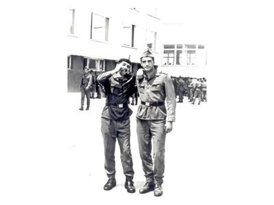 Редник Плевнелиев (вляво) с приятел в двора на школата в Плевен.