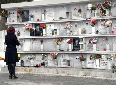 На централните гробища в Пловдив има стена за полагане на урни с прах, които заемат по-малко място. Снимки: Евгени Цветков
