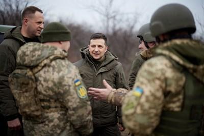 Зеленски посети фронтовата линия в Източна Украйна на фона на изострено напрежение с Русия СНИМКИ: РОЙТЕРС