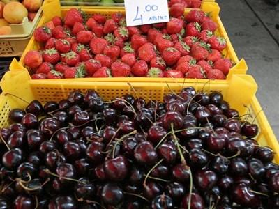 Цените на черешите и ягодите на едро са паднали през миналата седмица.