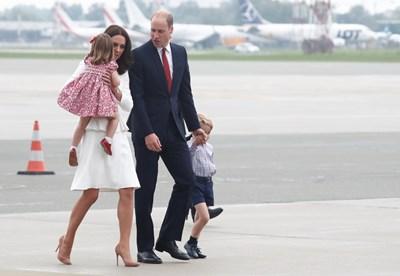 Принц Уилям, Херцогът и херцогинята на Кембридж,принц Джордж и принцеса Шарлот кацат на летището във Варшава СНИМКА: Ройтерс