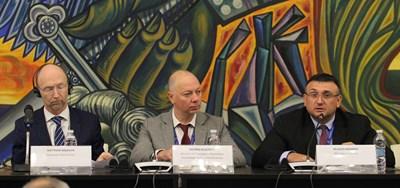 Матю Болдуин, Росен Желязков и Младен Маринов (от лявно на дясно) по време на конференцията в НДК.  СНИМКА: БЛАГОЙ КИРИЛОВ