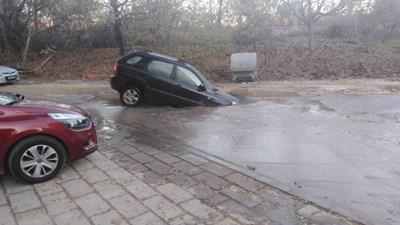 Автомобил хлътна в кратер, заобиколен с вода.