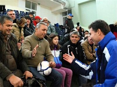 Стоичков се поздравява с Петър Жабов, след като позна бившия си съотборник. СНИМКА: ЕЛЕНА ФОТЕВА