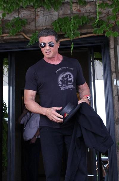 """Силвестър Сталоун излиза от ВИП терминала на летището в София през август. Оттогава той снима у нас """"Непобедимите 3"""". Сега се говори, че актьорът е болен."""