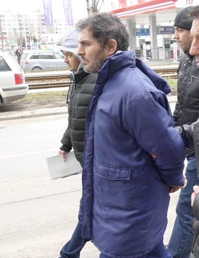 Полицаи водят Свилен Велев до кофата, където бил хвърлил дрехите.