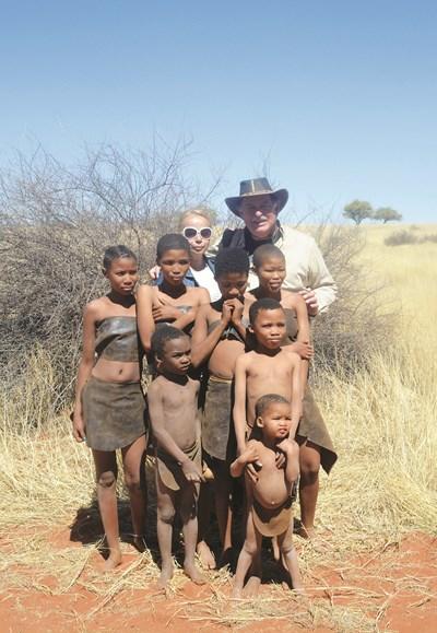 Максим Минчев и съпругата му Натали позират с намибийски деца. СНИМКА: Личен архив