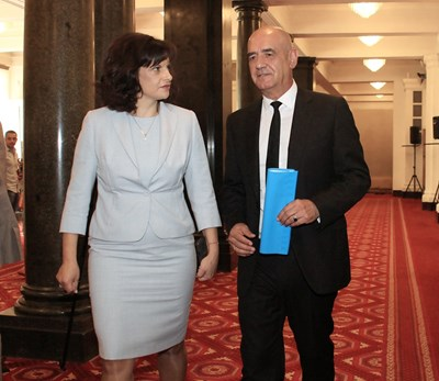 Председателят на здравната комисия д-р Даниела Дариткова и д-р Дечо Дечев минути след избирането му за шеф на касата СНИМКА: Румяна Тонeва