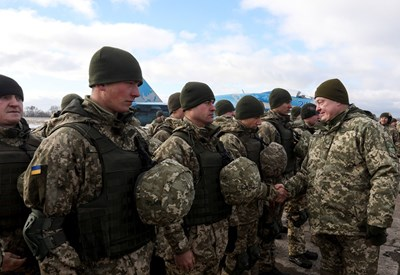 Украинският президент Петро Порошенко се здрависва с военни Снимка: Ройтерс