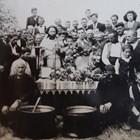 """Символично погребение на цар Борис III на 5.09.1943 г. - снимката, отпечатана навремето във в. """"Зора"""", е основно доказателство на Народния съд срещу свещ. Стойков."""