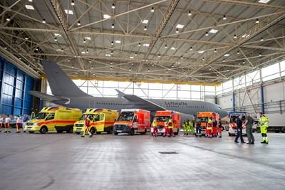 Пациенти с тежки усложнения бяха транспортирани със самолет на германските ВВС от италианския град Бергамо в Кьолн.  СНИМКА: РОЙТЕРС