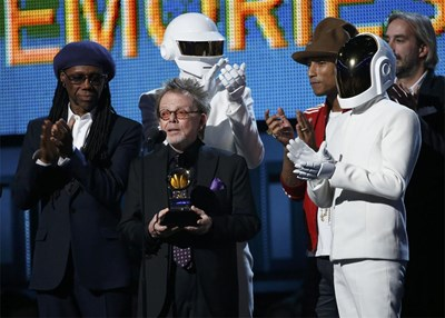 """Продуцентът Пол Уилямс държи статуетката за албум на годината, връчена на """"Дафт Пънк"""". Заедно с тях са и Найл Роджърс (вляво) и Фарел Уилямс. СНИМКИ: РОЙТЕРС"""