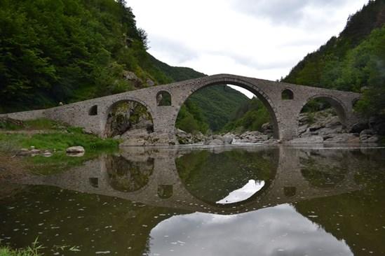 """Между 11 и 12 часа може да се """"види"""" ликът на дявола, вграден в едноименния мост от младия майстор строител."""