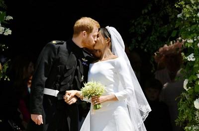 Първата целувка на двойката като съпруг и съпруга. В британското кралско семейство се спазва традицията младоженците да се целунат публично малко след церемонията.