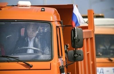 Путин лично подкара първия камион КАМАЗ по построения Кримски мост. Снимка РОЙТЕРС